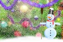 Muñeco de nieve en vestido encima de piel-árbol del ` s del Año Nuevo Imagenes de archivo