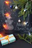 Muñeco de nieve exhausto con nieve que cae y la decoración festiva de la Navidad Imagen de archivo