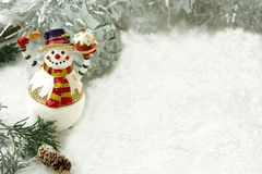 Muñeco de nieve feliz con la torta Fotografía de archivo