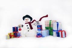 Muñeco de nieve feliz con los regalos Fotos de archivo