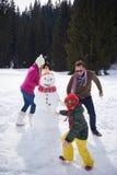 Muñeco de nieve feliz de la fundación de una familia Fotografía de archivo libre de regalías