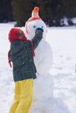 Muñeco de nieve feliz de la fundación de una familia Foto de archivo