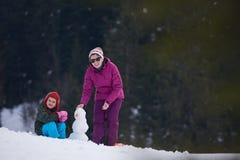 Muñeco de nieve feliz de la fundación de una familia Imagen de archivo