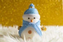 Muñeco de nieve feliz que se coloca en fondo de la nieve de la Navidad del invierno Feliz Navidad y tarjeta de felicitación de la Fotografía de archivo