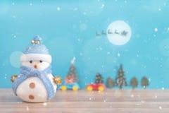 Muñeco de nieve feliz que se coloca en fondo de la nieve de la Navidad del invierno Feliz Navidad y tarjeta de felicitación de la Foto de archivo