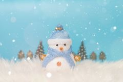 Muñeco de nieve feliz que se coloca en fondo de la nieve de la Navidad del invierno Feliz Navidad y tarjeta de felicitación de la Fotos de archivo libres de regalías