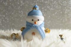 Muñeco de nieve feliz que se coloca en fondo de la nieve de la Navidad del invierno Feliz Navidad y tarjeta de felicitación de la Imagen de archivo