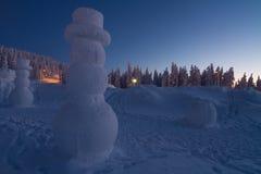 Muñeco de nieve gigante en el país de las maravillas del invierno Imágenes de archivo libres de regalías