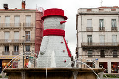 Muñeco de nieve grande en el lugar con la fuente Imagenes de archivo