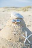 Muñeco de nieve hecho fuera de la arena con el sombrero Fotografía de archivo