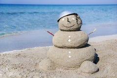 Muñeco de nieve hecho fuera de la arena. Concepto del día de fiesta Foto de archivo libre de regalías