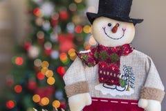 Muñeco de nieve de la Navidad en fondo ligero borroso Imagenes de archivo