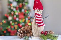 Muñeco de nieve de la Navidad en fondo ligero borroso Fotografía de archivo