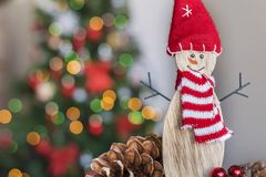 Muñeco de nieve de la Navidad en fondo ligero borroso Fotos de archivo