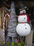 Muñeco de nieve de la Navidad en sombrero negro Foto de archivo libre de regalías