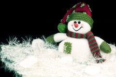 Muñeco de nieve lindo del juguete en un fondo negro Imagen de archivo