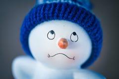 Muñeco de nieve lindo en la tabla de madera Imágenes de archivo libres de regalías