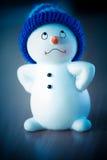 Muñeco de nieve lindo en la tabla de madera Fotografía de archivo libre de regalías