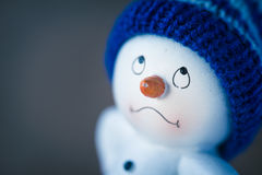 Muñeco de nieve lindo en la tabla de madera Fotografía de archivo