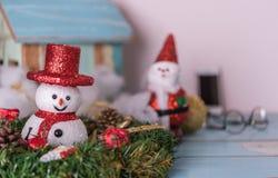 Muñeco de nieve, Papá Noel y regalos de la Navidad adornados en la madera del azul del grunge Imagen de archivo libre de regalías