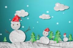 Muñeco de nieve que lleva el sombrero rojo de Papá Noel en invierno con la nieve, corte del papel hecho del papel arrugado, fondo Fotografía de archivo libre de regalías