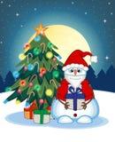 Muñeco de nieve que lleva un regalo y que lleva Santa Claus Costume With Christmas Tree y una Luna Llena en el fondo de la noche  Foto de archivo