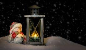 Muñeco de nieve que mira en la linterna Imagen de archivo libre de regalías