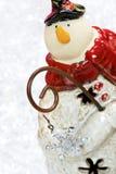 Muñeco de nieve que mira a escondidas alrededor de una esquina Fotografía de archivo