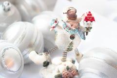 Muñeco de nieve que sostiene los regalos imagen de archivo