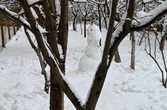 Muñeco de nieve solo en jardín de la ciudad Fotografía de archivo