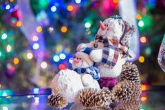 Muñeco de nieve sonriente de la Feliz Navidad con las luces de la Navidad Foto de archivo