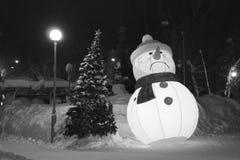 Muñeco de nieve triste con un árbol de navidad ilustración del vector