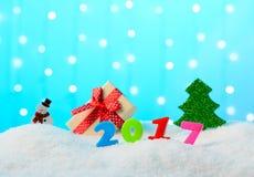 Muñeco de nieve y árbol de la decoración de la Navidad en la nieve Imagenes de archivo