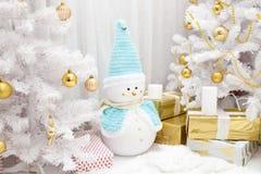 Muñeco de nieve y árbol de la Navidad en el cuarto festivo del Año Nuevo Imagen de archivo