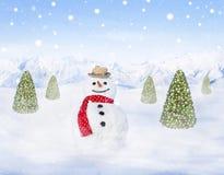 Muñeco de nieve y árboles de navidad al aire libre que nievan Fotografía de archivo