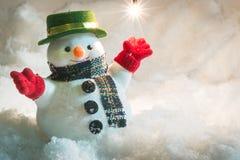 Muñeco de nieve y bombilla en nieve en la noche silenciosa Fotografía de archivo