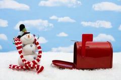 Muñeco de nieve y caja Imagen de archivo libre de regalías