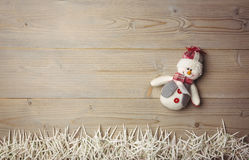Muñeco de nieve y pequeñas velas en la tabla de madera fotos de archivo libres de regalías