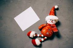 muñeco de nieve y postal del juguete en el fondo texturizado oscuro, espacio de la copia fotografía de archivo libre de regalías