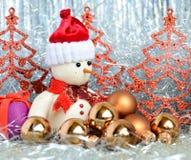Muñeco de nieve y regalo Imagenes de archivo