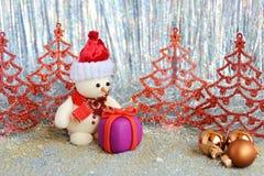 Muñeco de nieve y regalo Fotografía de archivo