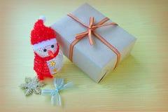Muñeco de nieve y regalo Imagen de archivo libre de regalías
