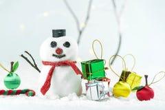 Muñeco de nieve y regalo en Año Nuevo y concepto de la Navidad Imágenes de archivo libres de regalías