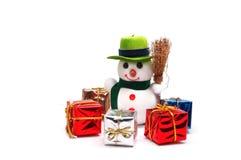 Muñeco de nieve y regalos fotos de archivo