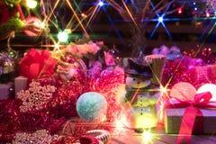 Muñeco de nieve y un árbol de navidad adornado con la luz Fotografía de archivo libre de regalías