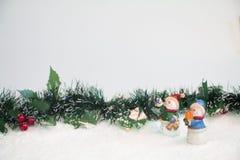 Muñecos de nieve con el muérdago en nieve Fotos de archivo