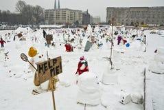 Muñecos de nieve contra el calentamiento del planeta Imagen de archivo