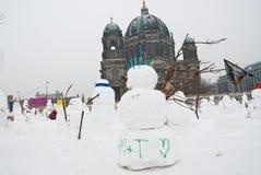 Muñecos de nieve contra el calentamiento del planeta Imagenes de archivo