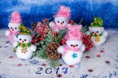 Muñecos de nieve de la Navidad, decoración, juguetes hermosos y el inscriptio Foto de archivo libre de regalías
