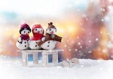Muñecos de nieve de la Navidad en el trineo Imagen de archivo libre de regalías